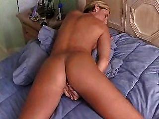 위대한 엉덩이와 뜨거운 주부 손가락 오르가즘까지 그녀의 음부