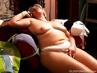 아름다운 큰 배꼽 성숙 bbw 그녀의 음부와 놀고 사랑한다.