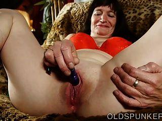 사랑스러운 아가씨가 너에게 젖은 젖꼭지를 담그고있어.