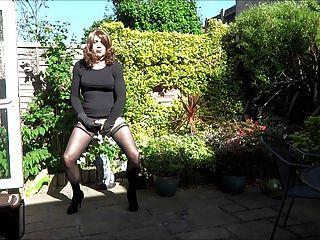 앨리슨은 정원에서 그녀의 엉덩이 플러그로 활약