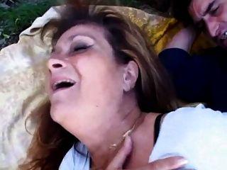 농장 남자가 그녀의 엉덩이에 새끼를 좆