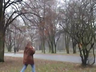 거유 금발의 할머니는 공공 장소에서 빌어 먹을