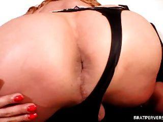 큰 엉덩이의 시걸과 여학생의 엉덩이 예배