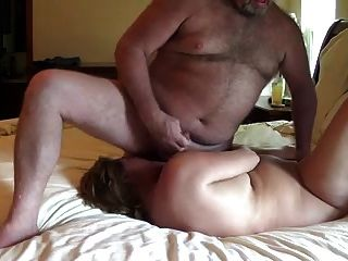 아내는 얼굴에 남편의 정자와 함께 달린다.