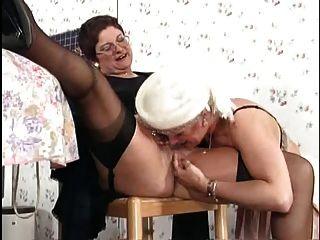 독일 할머니는 부엌에서 레즈비언 섹스를한다.