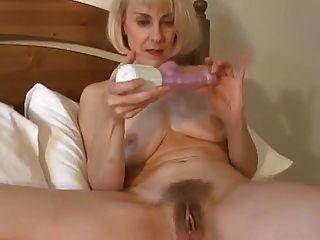 섹시한 영국인의 아내가 깨어나고 그녀의 음부를 장난감으로 연주합니다!