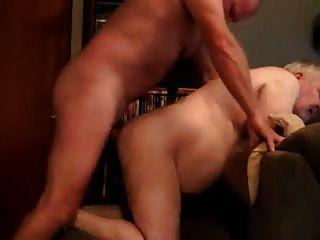 늙은 아빠는 엉덩이에 거시기를 가져옵니다.