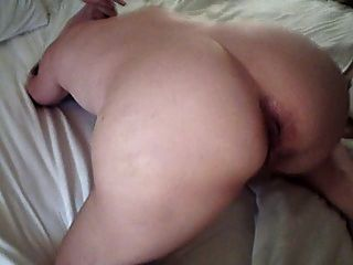 그녀의 엉덩이를 보여주는 아내