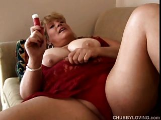 아름다운 금발 bbw 그녀의 사랑스러운 큰 가슴을 보여줍니다