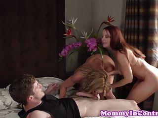가슴이 큰 성숙한 mammas는 집에서 사춘기 젠체하는 사람을 맡는다.