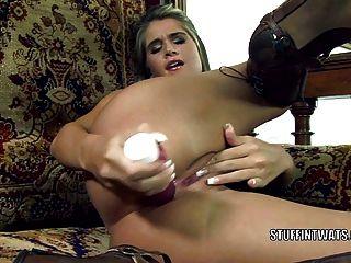 체코 어 풋내기 네사 악마는 큰 장난감으로 그녀의 엉덩이를 때우다.