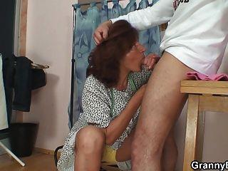 60 세 할머니가 고기를 탄다.