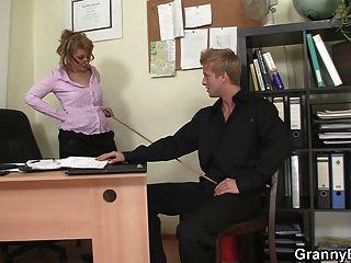섹시한 늙은 여자 사무실에서 자신의 거시기를 타고