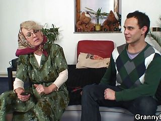 고독한 60 세 할머니는 낯선 사람을 기쁘게합니다.