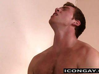 connor는 그의 큰 거시기를 시추하는 마이크에 달콤하고 꽉 엉덩이