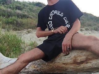 바다 해안에서 그의 크림 같은 짐을 저주.