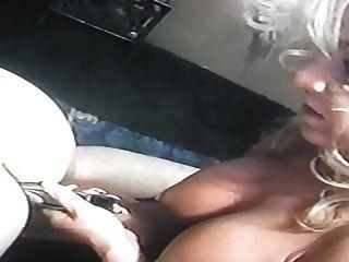 여자 친구가 그의 처녀 엉덩이를 망 쳤어.