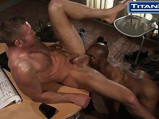 뜨거운 흑인 아빠가 그의 동료와 섹스