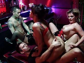 너를 기쁘게하기 위해 뭐라도하고있는 3 명의 매춘부와 함께 섹시한 그룹 섹스 액션.