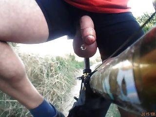 입으로 자전거와 함께 큰 공