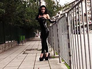 공공 장소에서 검은 립스틱을 입고 울트라 섹시 고트 소녀