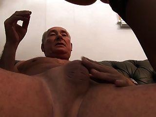 busty sex cattens는 동료들을 유혹하여 격렬하게 섹스를합니다.