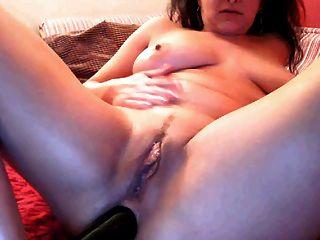 라틴어 milf가 거대한 딜도 라구 딜도와 함께 그녀의 엉덩이를 작동