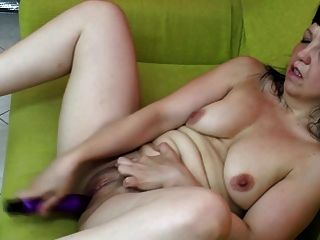 배고픈 엉덩이와 음부와 아마추어 성숙한 엄마