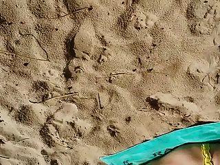 sth8 남자들이 바닷가에 여자애 한 소리를 질렀다.