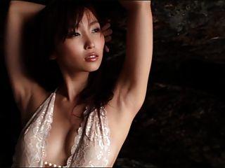 리사는 흰색 원피스 수영복을 깨다 (누드가 아닌).