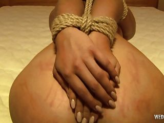 wedoki.com에 새로운 여자가 그녀의 첫 번째 속박 비디오