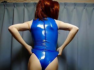 푸른 고무 수영복을 입은 키 구미