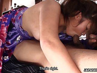 아주 열심 인 아시아의 한 여자와 고약한 삼 인조