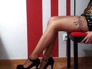 뜨거운 섹시한 여자가 하이힐 페티쉬에서 완벽한 다리