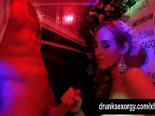 섹스 파티에서 성교하는 양성 애자 신부들.