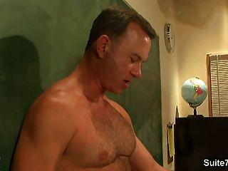 교실에서 그들의 엉덩이를 망치고있는 흥분한 양말