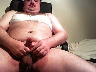 브래지어와 바지를 입은 뚱뚱한 남자