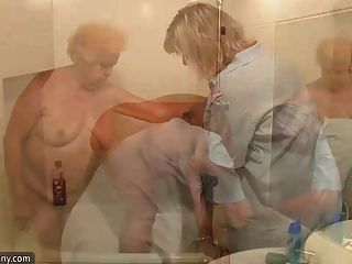 oldnanny 벗은 뚱뚱한 할머니는 샤워를했습니다.