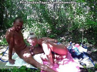 두꺼운 나무의 한가운데서 로맨틱 한 커플 섹스