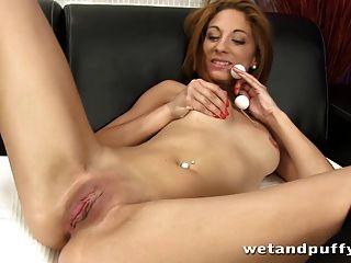 빨간 머리는 그녀의 음순을 삼키기 전에 즐깁니다.