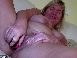 oldnanny bbw 할머니는 매우 흥분하고 커플과 놀고있다.