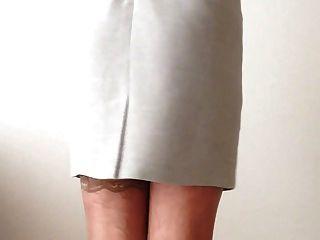 섹시하고 고상한 회색 드레스, 하얀 란제리와 스타킹