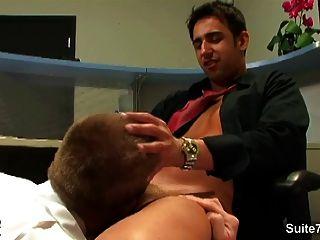 튼튼한 금발의 게이는 사무실에서 좆된다.