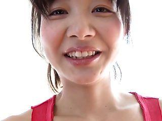 뜨거운 일본 여자는 공을 휘트니스 운동을하고있다.