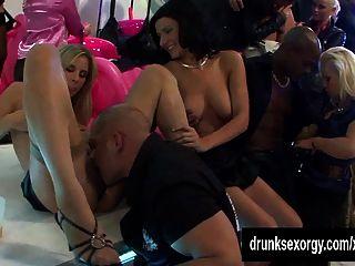 섹시한 여배우 춤과 클럽에서 빌어 먹을