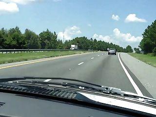고속도로에서 토플리스로 운전하는 거대한 아가씨