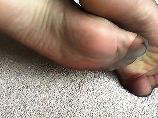 내 아내는 검은 나일론으로 섹시한 발