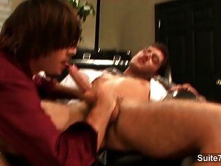 뜨거운 게이 직장에서 사무실에서 두드리는