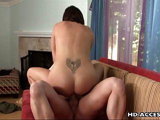 갈색 머리 큰 엉덩이 섹시한 stunner 타고 하드 수탉