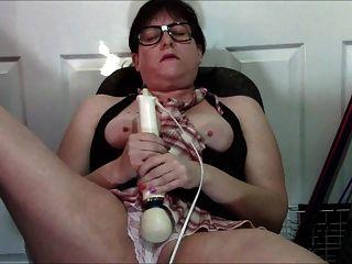 흰색 팬티에 히타치를 사용하는 괴팍한 뚱뚱한 소녀